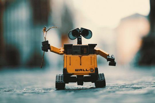 1985年的经典电影《有情感的机器人》,开启人们对陪伴机器人梦想的大门。这部影片讲述了迷路走失的机器人达尔(daryl)被好心的夫妇收养,共同度过了一段美好的时光的故事。 在这个故事中机器人小孩达尔(daryl)可爱善良,让观众喜爱不已。以至于那时的人们都在梦想自己能足够幸运,可以捡到一个如daryl般可爱的机器人,陪伴在自己和家人的身边。 可喜的是,这30多年来,人们并没有放弃自己的梦想,而是利用科技将梦想变为了现实。现在市面上早已研制出了可爱的陪伴型机器人,并且已经走进入了千家万户。 陪伴型机器人