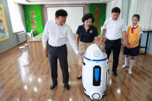 """""""高科技""""开学第一课,小胖机器人老师又""""红"""