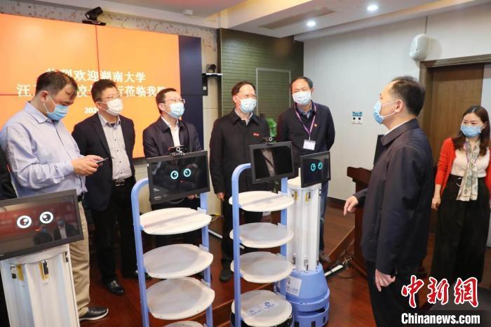 湖南大学历时40余天研制防疫机器人捐赠医院